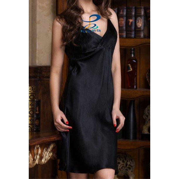 Sort silkekjole i elegant enkelt design